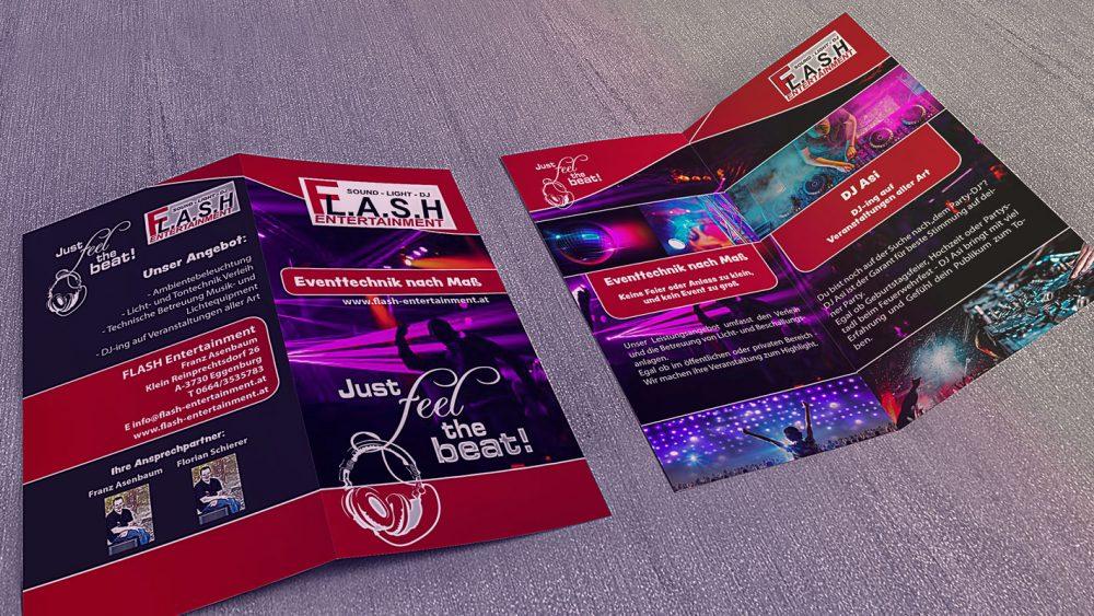 Zwei Flash-Entertainment Flyer aufgeklappt auf einem Holztisch