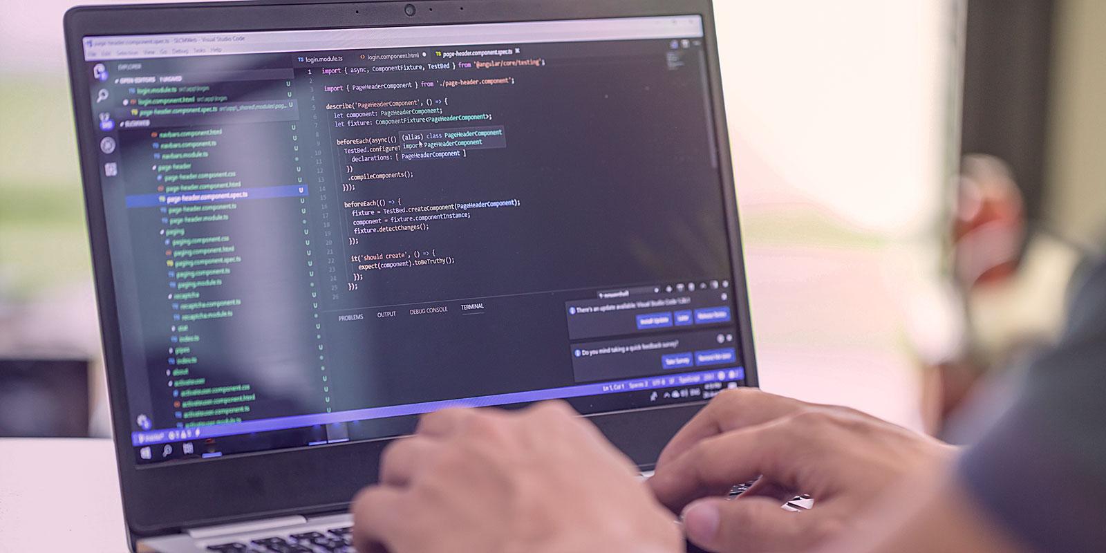 Laptop geöffnet mit Development-Programm