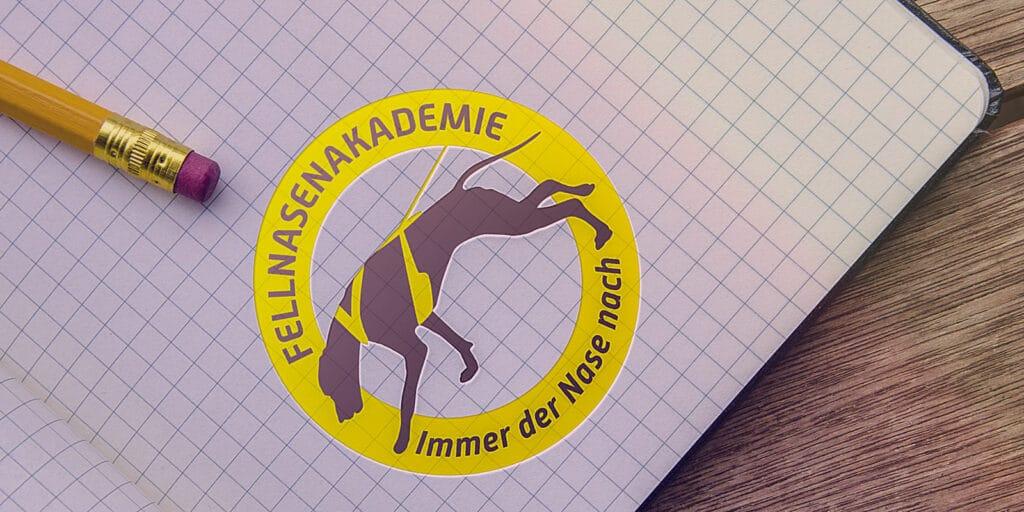 Logo Fellnasenakademie auf einem karrierten Papier