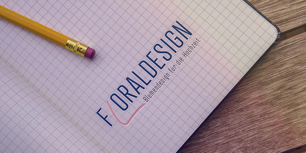 Kariertes Papier mit dem Floraldesign Logo