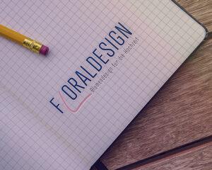 Logo Floraldesign auf einem karrierten Papier