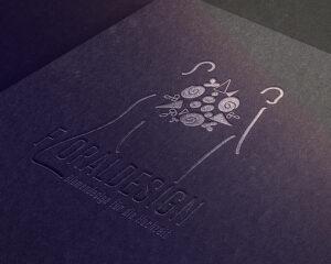 Logo Floraldesign auf einem Lederumschlag