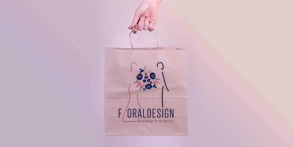 Papiertasche mit dem Floraldesign Logo