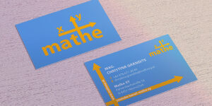 Zwei Visitenkarten von Mathe xy auf einem Holztisch