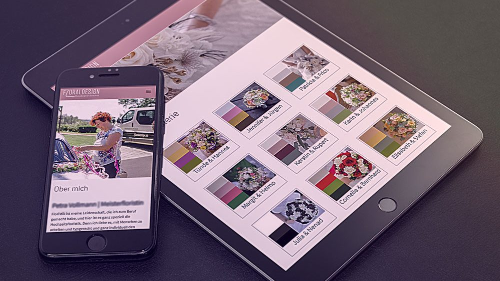 Tablett und Smartphone auf einer schwarzen Fläche mit Website Floraldesign