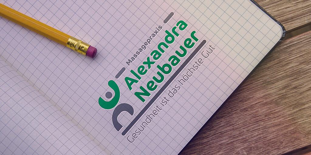 Karriertes Papier mit Logo Alexandra Neubauer