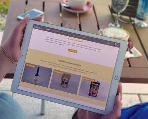 Steiraöl Website auf einem Tablett abgebildet
