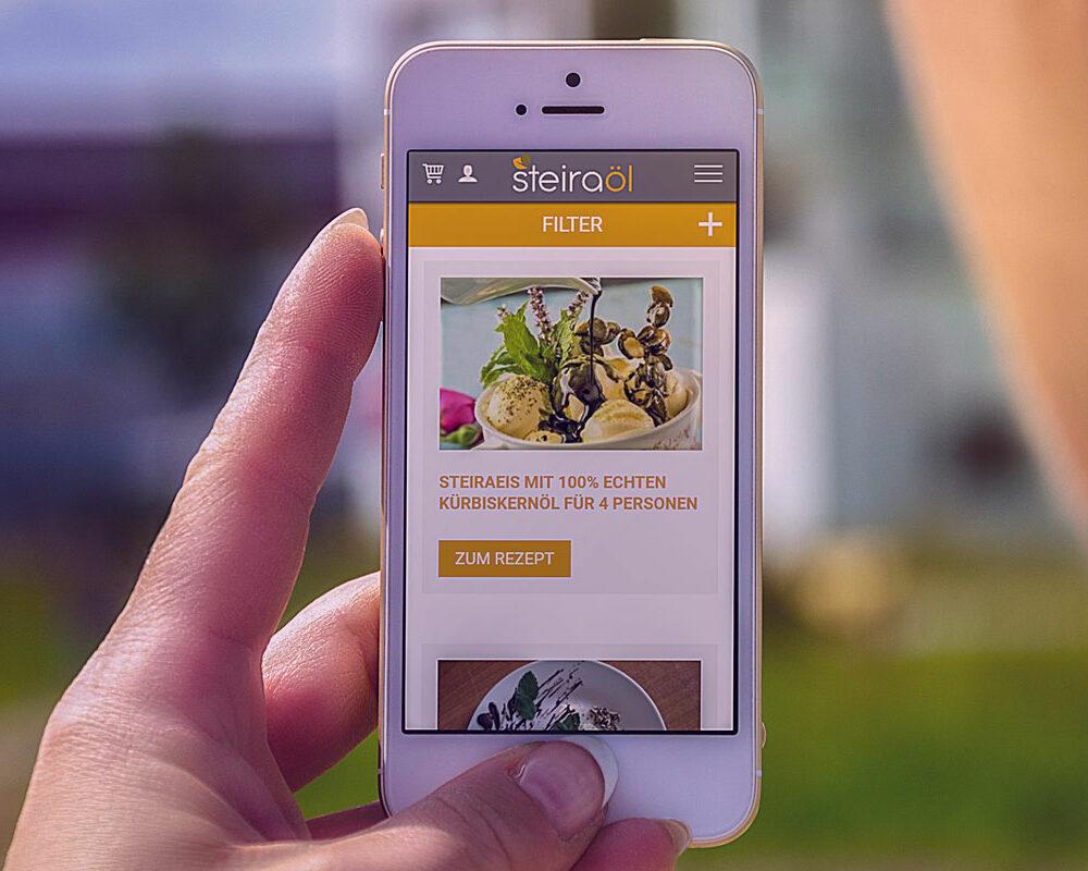 Steiraöl Website auf einem Smartphone abgebildet