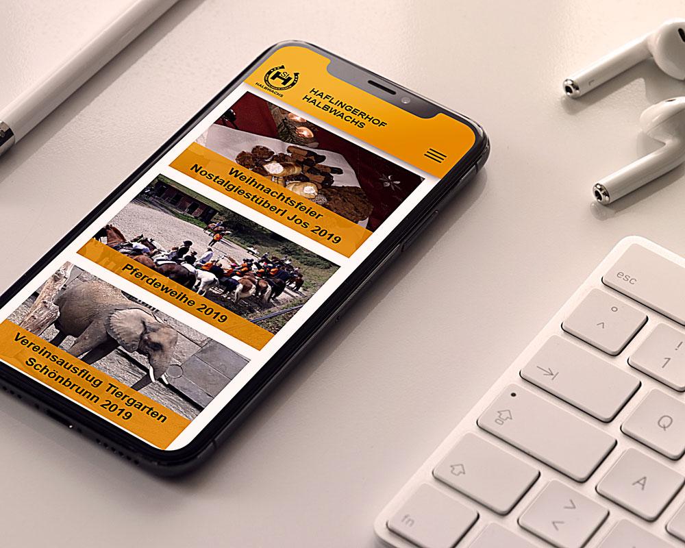 Webseite Haflingerhof auf einem Smartphone